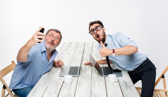 Deux collègues prennent un selfie