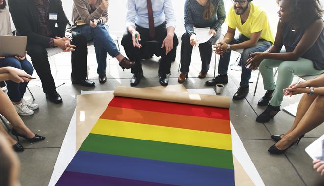 Faire son coming out au travail serait un handicap pour les jeunes LGBT.