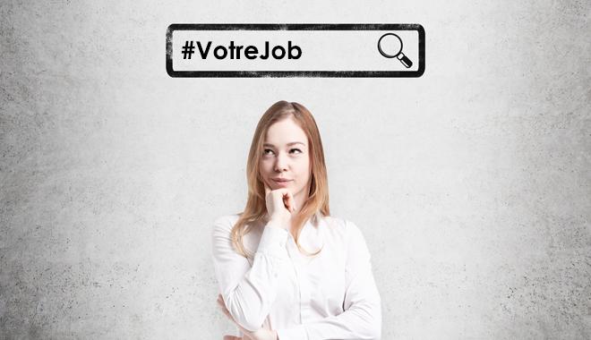 Une femme recherche un emploi en ligne