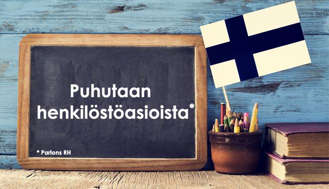 Un drapeau finlandais et une ardoise pour parler de RH en Finlande
