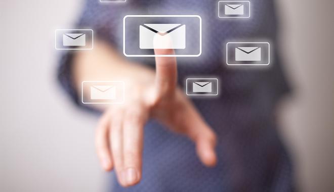 dématérialisation du courrier doigt pointé enveloppe virtuelle