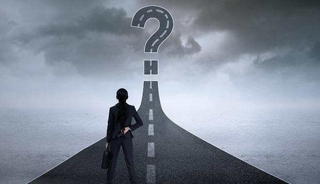 Des perspectives optimistes - DRH regardant une route en point d'interrogation