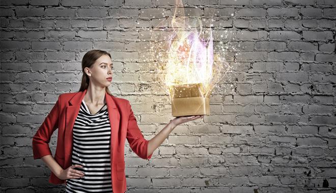 une femme tenant une boîte magique pour comprendre le concept de gamification