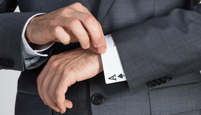 Un homme montre ses compétences en tirant un as de sa manche