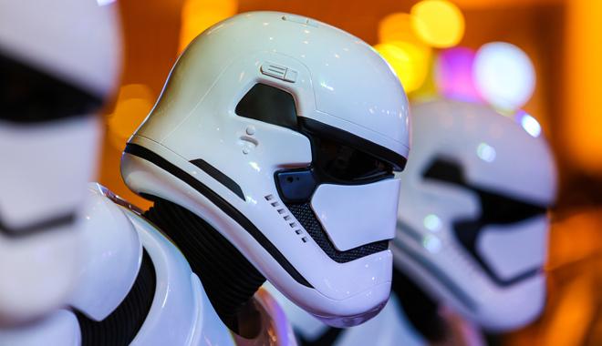 Une colonne de stormtroopers au casque blanc reconnaissable