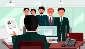 Un recruteur est de dos face, assis à son bureau, face à 5 candidats.