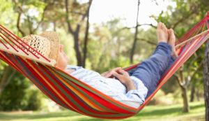 Un homme se repose dans un hamac pendant ses congés payés