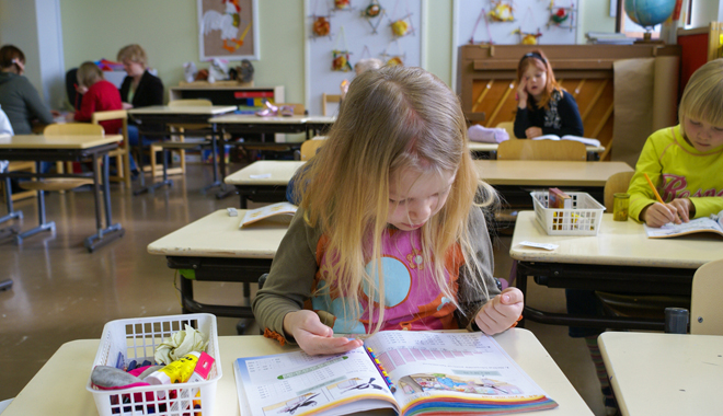 Jeune élève finlandaise en train de compter sur ses doigts