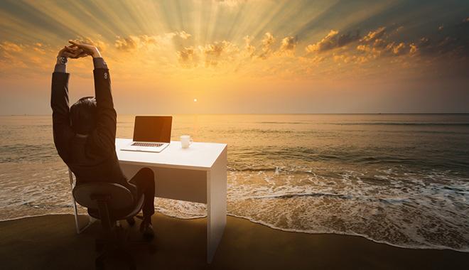 Salarié en congés au bureau sur la plage