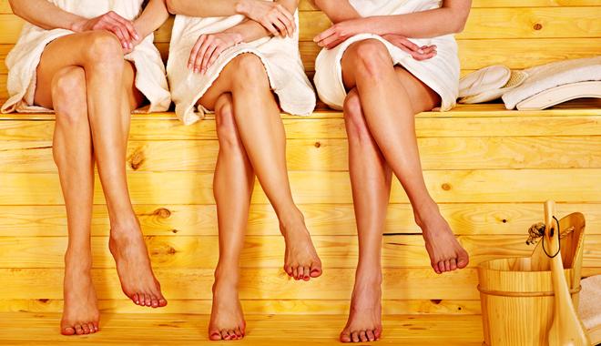 Des jambes de femmes dans un sauna finlandais pour la QVT