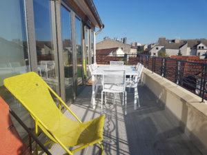 Terrasse aménagée de l'agence Parlons RH.