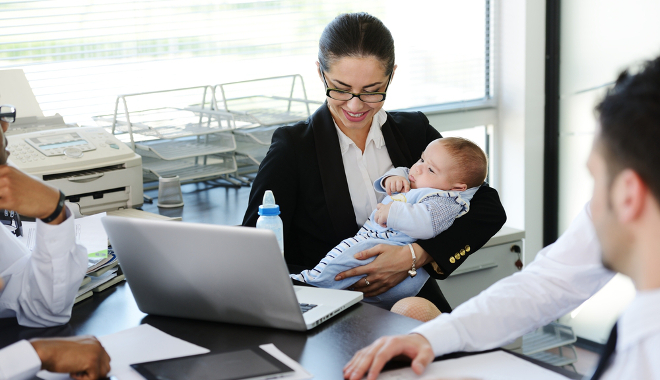 QVT femme avec bébé au bureau