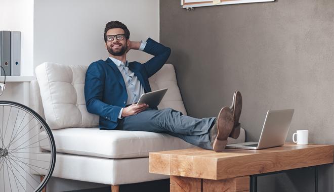 Un salarié installé confortablement dans ses bureaux