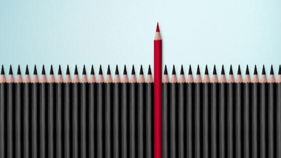 crayon rouge sortant d'un alignement de crayons noirs pour évoquer l'importance de la marque employeur