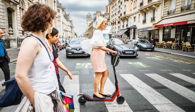 une salarié en trottinette dans la rue souhaite une indemnité kilométrique