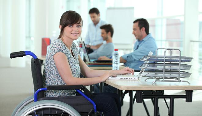 Une jeune en situation de handicap au bureau