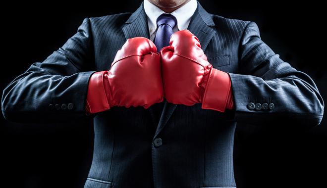 Un manager avec des gants de boxe sur le point de prendre part à la guerre des talents