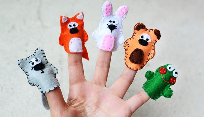 Revue du web transformation digitale - doigts avec des marionnettes