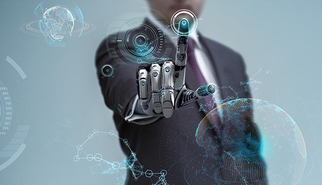 Un homme avec un main bionique en plein télétravail
