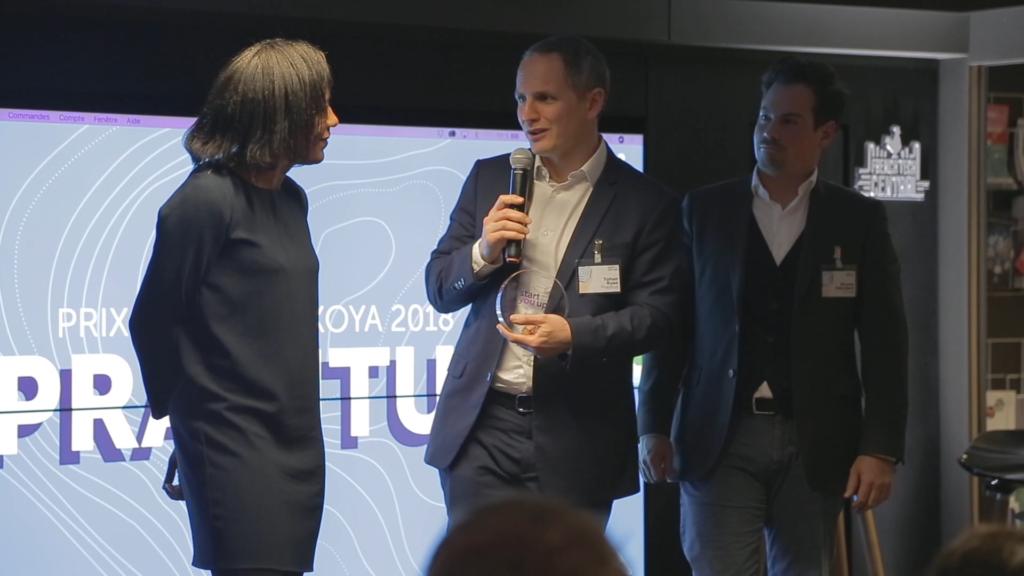 Yohan Ruso, CEO et fondateur de Praditus, et son associé Andrès Davila, ont reçu le trophée sur la scène d'Akoya Start You Up